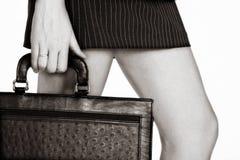 Mulher de negócios do Sepia com um caso imagens de stock