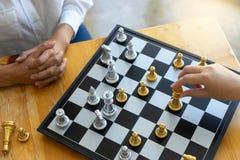 Mulher de negócios dois que pensa e para guardar a xadrez do rei imagens de stock