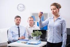 Mulher de negócios durante seu presantation Imagem de Stock