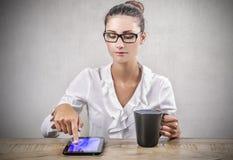 Mulher de negócios durante uma ruptura do trabalho Imagem de Stock