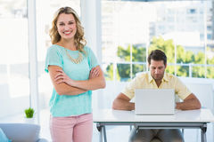 Mulher de negócios e colegas criativos atrás Fotos de Stock Royalty Free