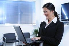 mulher de negócios e computador Fotografia de Stock Royalty Free