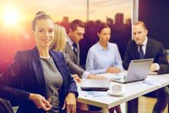 Mulher de negócios e equipe do negócio no escritório fotos de stock royalty free