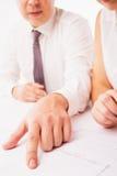 Mulher de negócios e homem de negócios que apontam no original no escritório isolado Foto de Stock Royalty Free