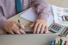 mulher de negócios e portátil do conceito de contabilidade da empresa com a calculadora na área de funcionamento da tabela Foto de Stock