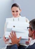 Mulher de negócios elegante que carreg uma pilha de dobradores fotografia de stock