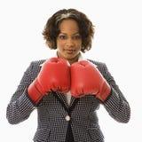 Mulher de negócios em luvas de encaixotamento. Imagens de Stock