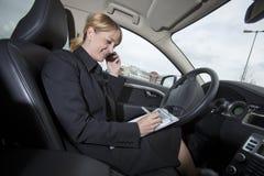 Mulher de negócios em seu carro imagens de stock royalty free