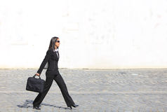 Mulher de negócios em uma pressa fotografia de stock royalty free