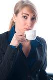 A mulher de negócios em uma ruptura bebe o café Fotografia de Stock Royalty Free
