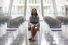 Mulher de negócios In Empty Auditorium que prepara-se para fazer o discurso Fotos de Stock