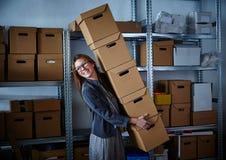 Mulher de negócios engraçada que guarda caixas de armazenamento Imagens de Stock