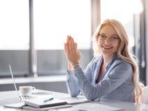 Mulher de negócios entusiasmado que aprecia seu trabalho no escritório foto de stock royalty free