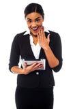 Mulher de negócios entusiasmado que guardara a almofada de toque Imagens de Stock Royalty Free
