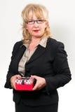 Mulher de negócios envelhecida meio, guardando o presente fotografia de stock royalty free