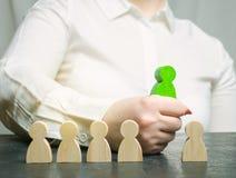 A mulher de negócios escolhe uma pessoa da multidão Team Management Seleção do empregado Recursos humanos Trabalhador talentoso E imagem de stock royalty free
