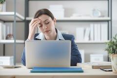 Mulher de negócios esgotada no escritório fotografia de stock royalty free