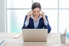 Mulher de negócios esgotada no trabalho foto de stock