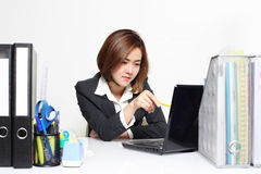 A mulher de negócios esperta Asian que trabalha no escritório na tabela imagens de stock royalty free