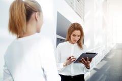 Mulher de negócios esperta nova que procura a informação na almofada de toque por seu cliente Imagem de Stock Royalty Free