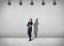 A mulher de negócios está com sombra na parede fotografia de stock