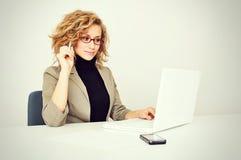 A mulher de negócios está trabalhando com portátil Imagens de Stock Royalty Free