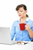 A mulher de negócios está trabalhando com uma chávena de café Foto de Stock