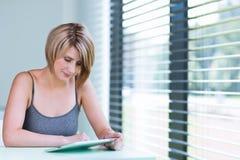 Mulher de negócios/estudante universitário bonitos, novos Fotografia de Stock