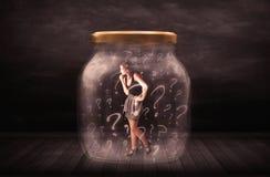 Mulher de negócios fechado em um frasco com conceito dos pontos de interrogação Fotografia de Stock