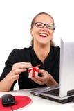 Mulher de negócios feliz com caixa atual Imagens de Stock