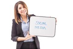 Mulher de negócios feliz com MEIOS do SOCIAL do texto fotos de stock royalty free