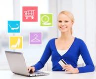 Mulher de negócios feliz com portátil e cartão de crédito imagem de stock royalty free