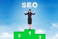 Mulher de negócios feliz com seu primeiro Web site florescente Imagens de Stock Royalty Free