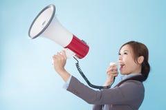 Mulher de negócios feliz com um megafone Fotografia de Stock
