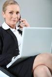 Mulher de negócios feliz durante o atendimento fotos de stock royalty free