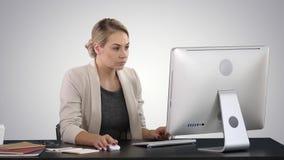 Mulher de negócios feliz elegante que trabalha no computador no fundo do inclinação vídeos de arquivo