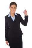 Mulher de negócios feliz isolada que apresenta e que mostra sobre b branco Foto de Stock Royalty Free