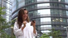 A mulher de negócios feliz louca fez o negócio bem sucedido, comemorando a realização do sucesso video estoque