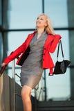 Mulher de negócios feliz nas escadas. Imagens de Stock Royalty Free