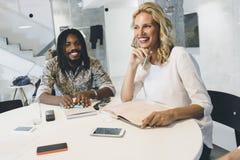 Mulher de negócios feliz no escritório Imagem de Stock Royalty Free