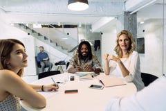 Mulher de negócios feliz no escritório Foto de Stock