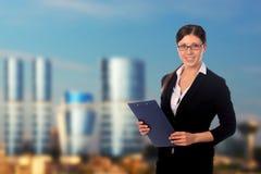 Mulher de negócios feliz no terno e no prédio de escritórios Foto de Stock