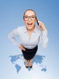 Mulher de negócios feliz nos monóculos com smartphone Imagens de Stock