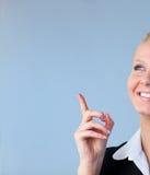 Mulher de negócios feliz que aponta para cima fotografia de stock