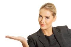 Mulher de negócios feliz que apresenta o espaço da cópia Fotografia de Stock