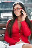 Mulher de negócios feliz que chama pelo telefone Foto de Stock