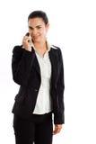 Mulher de negócios feliz que convida o telefone isolado Fotografia de Stock Royalty Free