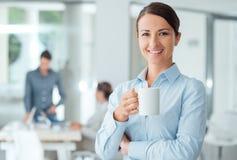 Mulher de negócios feliz que tem uma ruptura de café imagens de stock