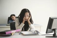 Mulher de negócios forçada e infeliz para o trabalho no escritório esforço do estilo de vida imagem de stock royalty free