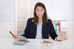 Mulher de negócios frustrante com as euro- moedas no escritório - c vazio Fotos de Stock Royalty Free
